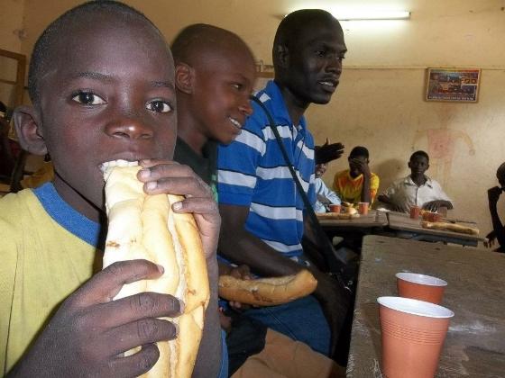 7-petit-dejeune-aux-enfants-mendiant-dans-les-rues