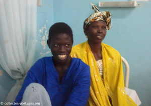 Ibrahima apres l'operation avec sa maman