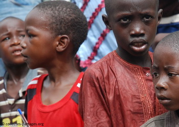 Ils ont chaud... très chaud... C'était lors de l'inauguration de l'ecole Cherif III a Rufisque, en banlieue de Dakar.jpg
