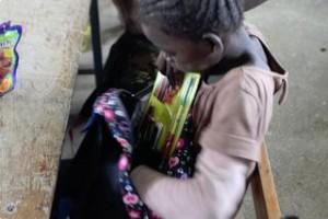 Une petite fille découvrant son 1er cartable !!