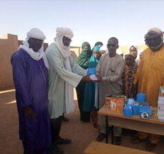 Distribution de fournitures scolaires au Niger.
